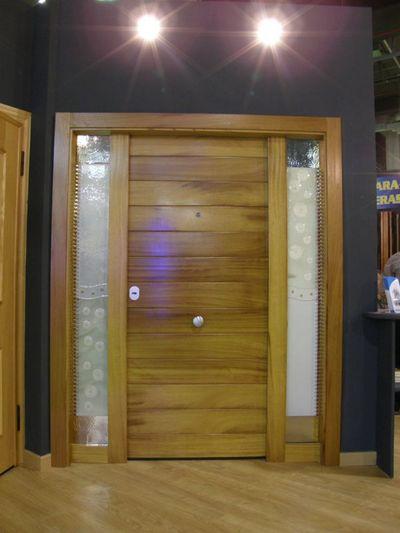Puerta de iroko acorazol puertas acorazadas for Puertas de iroko exterior