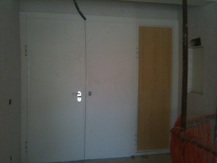 Puerta acabado en aluminio blanco acorazol for Puertas corredizas metalicas
