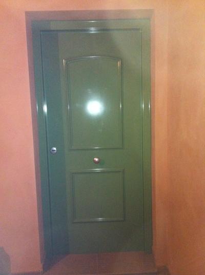 Puerta con decoracion ral verde acorazol puertas for Idealista puertas verdes