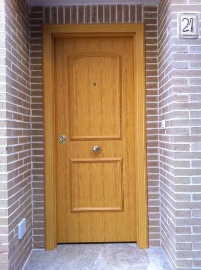 Puerta con decoracion en aluminio imitaci n madera for Puertas imitacion madera exterior
